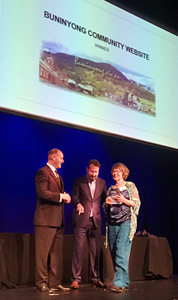 Buninyong Community Website wins the 2016 Leonie Dunbar Memorial Award for Community Websites</em> by the CEOs of auDA and Internet NZ, Cameron Boardman and Jordan Carter. Liz Lumsdon holds the Community Website trophy